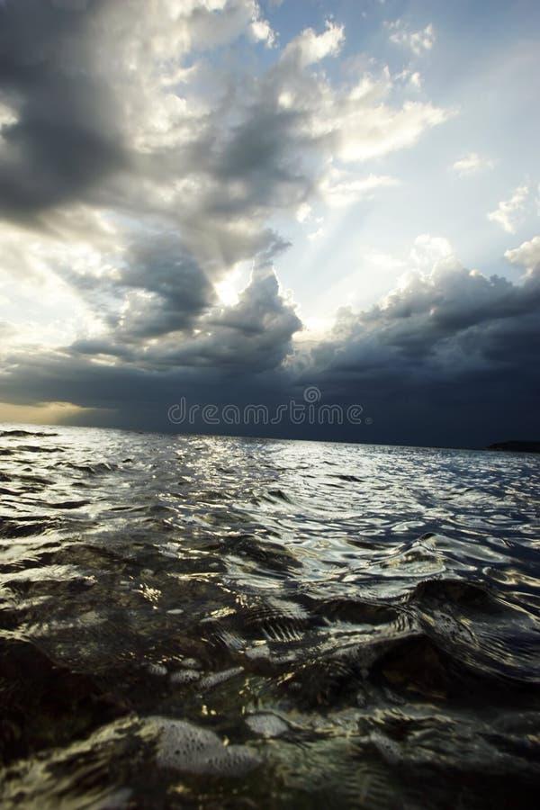 Overzees vóór het onweer stock afbeeldingen