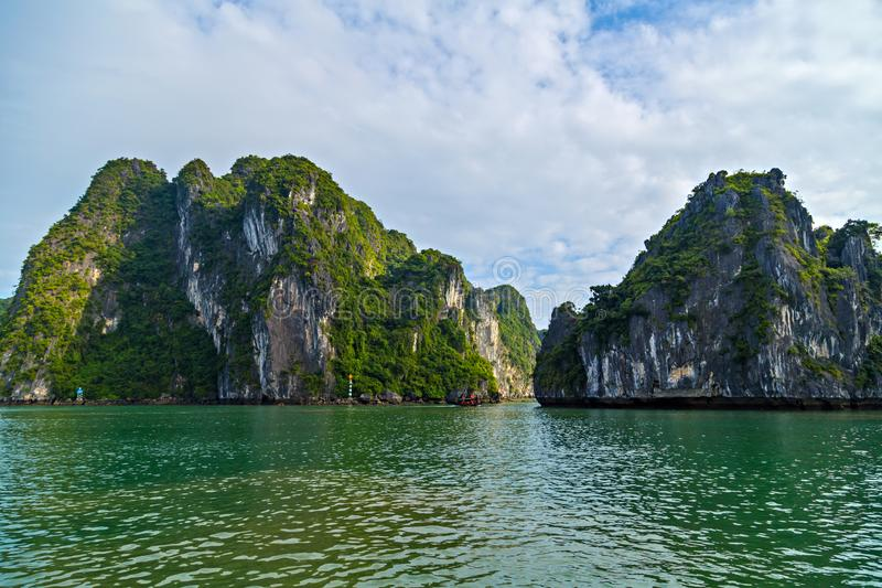 Overzees van de baaieilanden van panoramahalong landschap Het van Zuid- rotseilanden Overzees Vietnam van China Plaats Azi? stock afbeelding