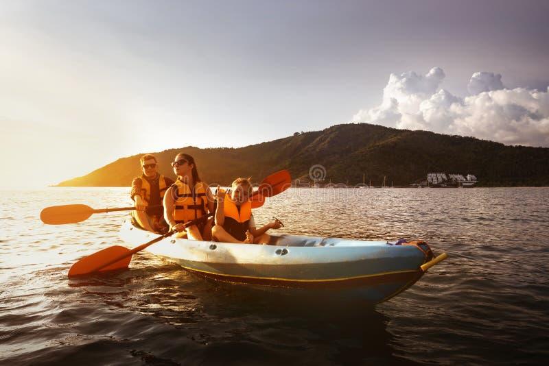Overzees van de familie kayaking reis concept royalty-vrije stock foto's