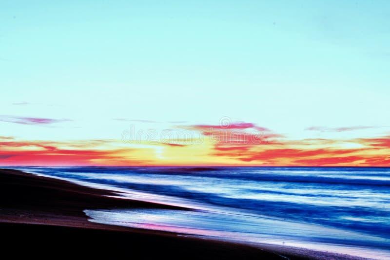 Overzees van de strandzonsondergang zonsopgangwater royalty-vrije stock afbeelding