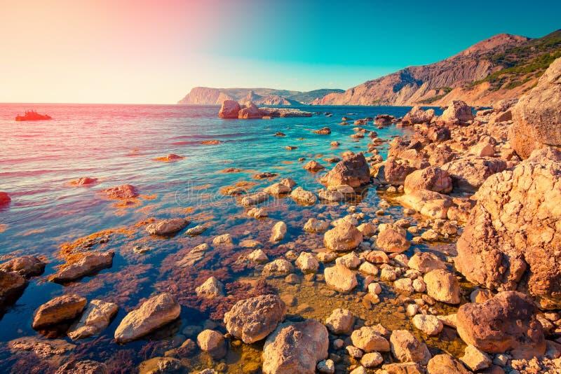 Overzees van de zomer landschap Het zeegezicht van de zonsondergang stock fotografie