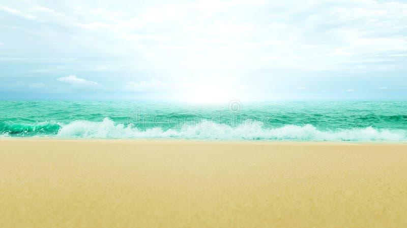 Overzees van de zonstraal zandstrand en blauwe hemel met wolkenaard backgroun royalty-vrije stock foto