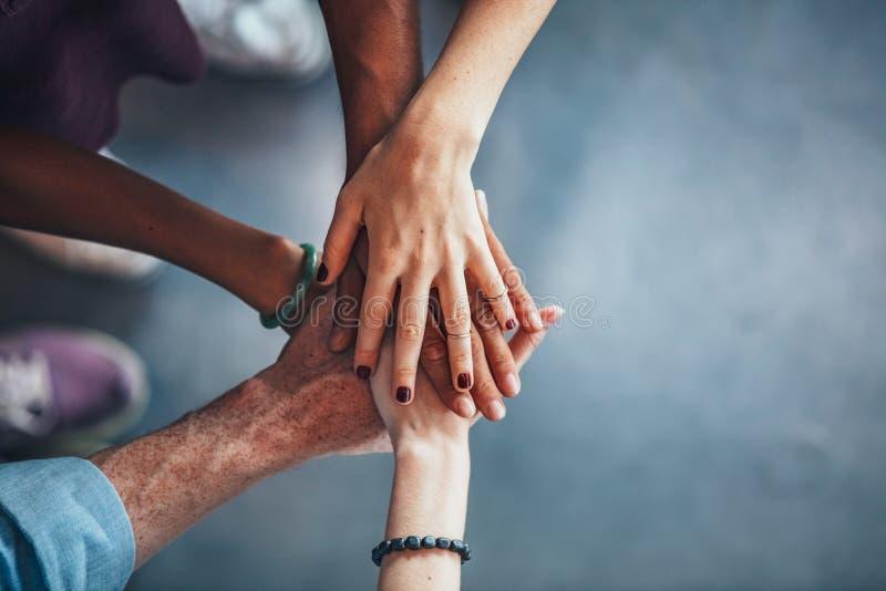 Overzees van handen die eenheid en groepswerk tonen stock foto