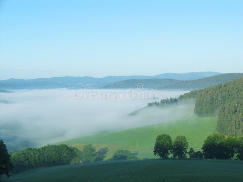 Overzees van mist in de bergen stock afbeelding