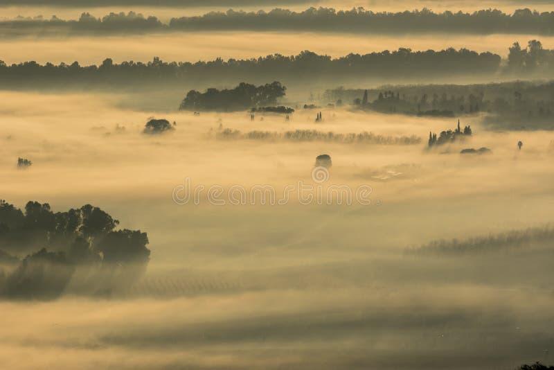 Overzees van mist Een overzees die van mist Valle delle Messi, Brixia provincie, het gebied van Lombardije, Italië behandelt royalty-vrije stock foto