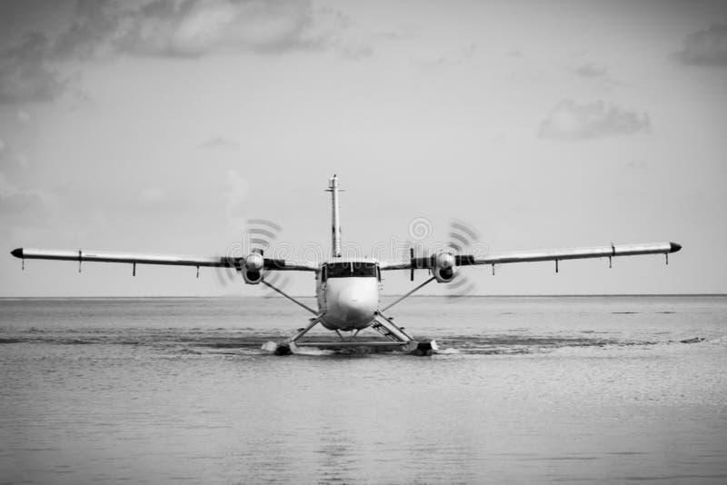 Overzees Vliegtuig die op Maldivian Water landen royalty-vrije stock foto's