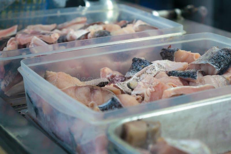 Overzees voedsel kokende voorbereiding, plak van verse heerlijke ruwe snapper vissen in containerdozen voor het Aziatische voedse royalty-vrije stock afbeeldingen