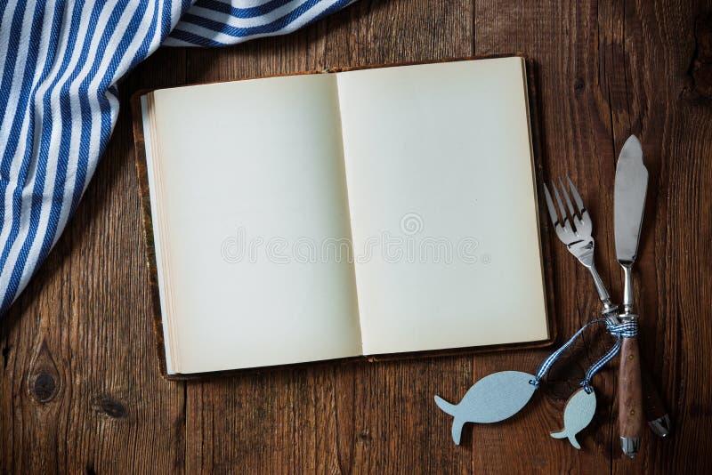 Overzees voedselplaats die op houten lijst met exemplaarruimte plaatsen stock afbeelding