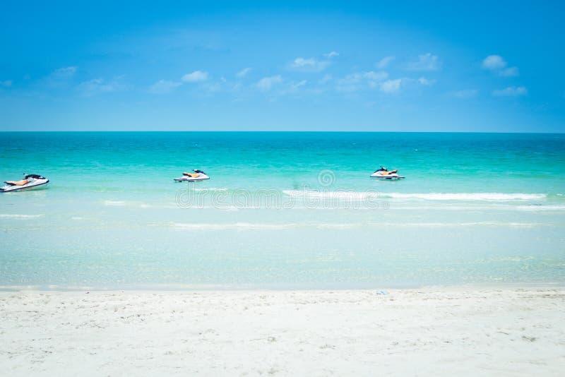 Overzees Wit zandstrand met het blauwe overzeese Strand van Chaweng, Koh Samui, Thailand royalty-vrije stock fotografie