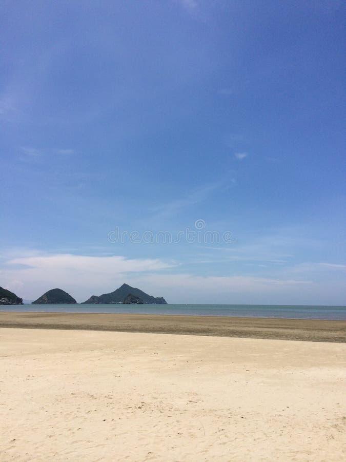 Overzees, zand, hemel in de zomer royalty-vrije stock foto