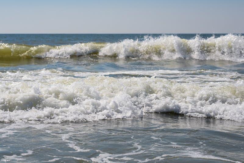 Overzees, zand, hemel, golven en de zomerdag Mooi Tropisch Strand Mooi strand en tropische overzees Zeekust stock foto's