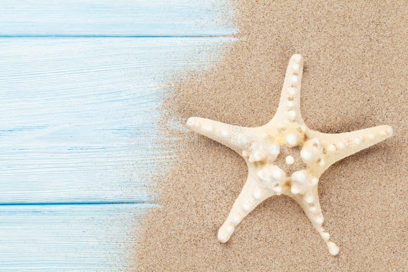 Overzees zand met zeester stock afbeelding