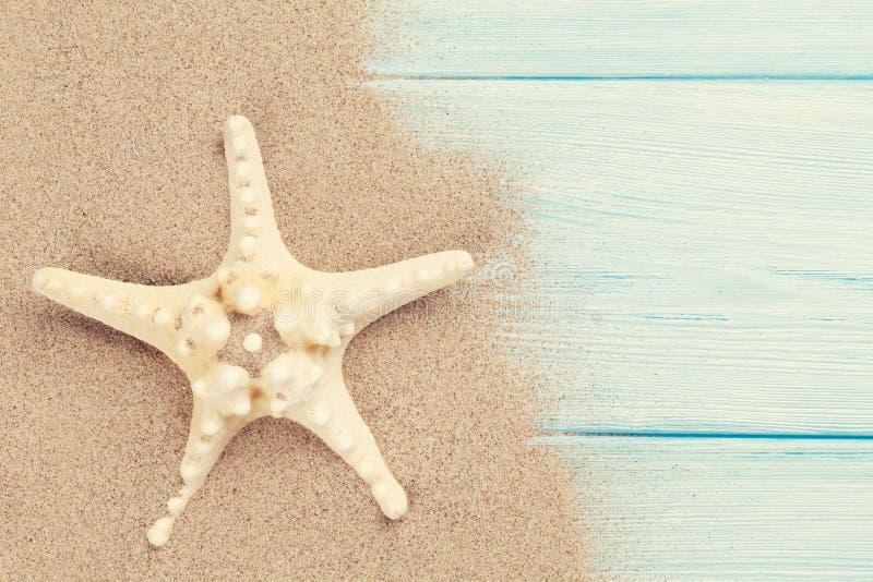 Overzees zand met zeester stock foto