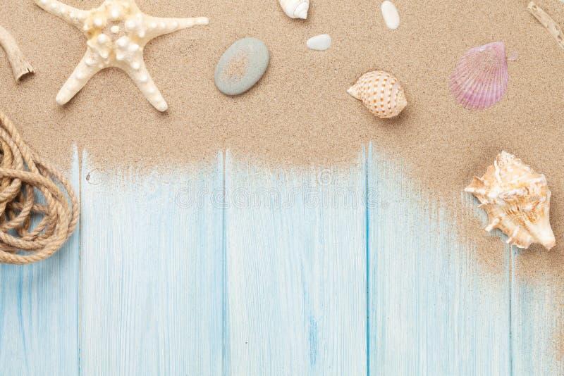 Overzees zand met zeester en shells stock foto's