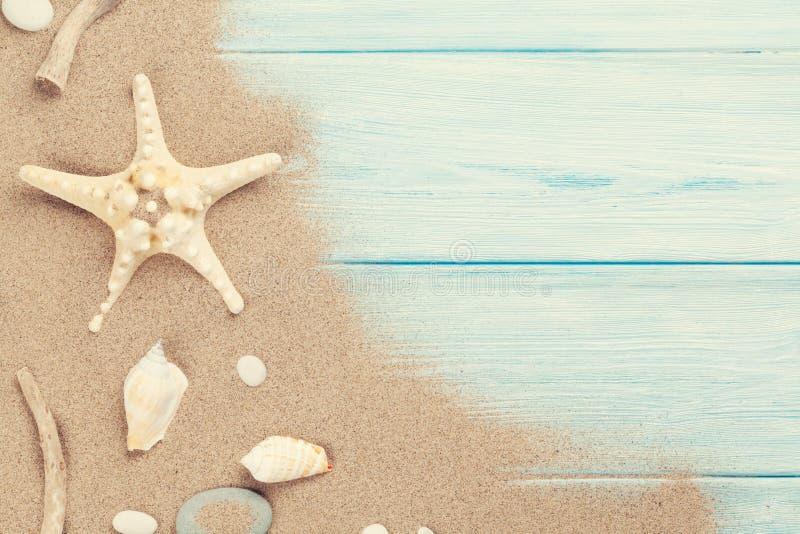 Overzees zand met zeester en shells royalty-vrije stock foto's