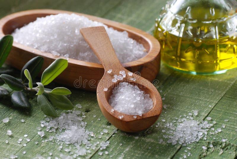 Overzees zout in de lepel royalty-vrije stock afbeeldingen