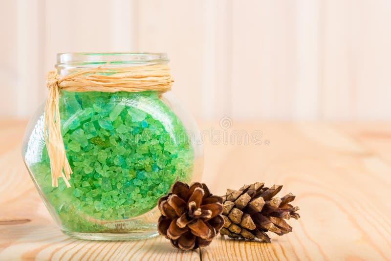Overzees zout in de pot met een uittreksel van Siberische pijnboom royalty-vrije stock foto's