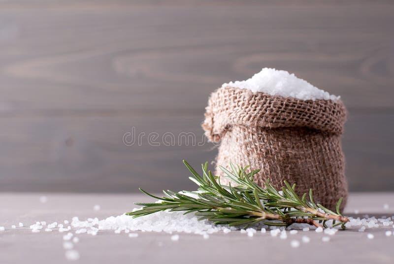 Overzees zout in de zak stock foto