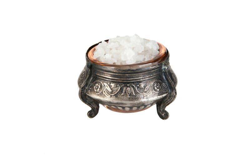Overzees zout in een zilveren zoute schudbeker op wit stock foto