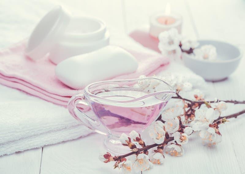 Overzees zout en etherische oliën, abrikozenbloemen Kuuroord stock afbeelding