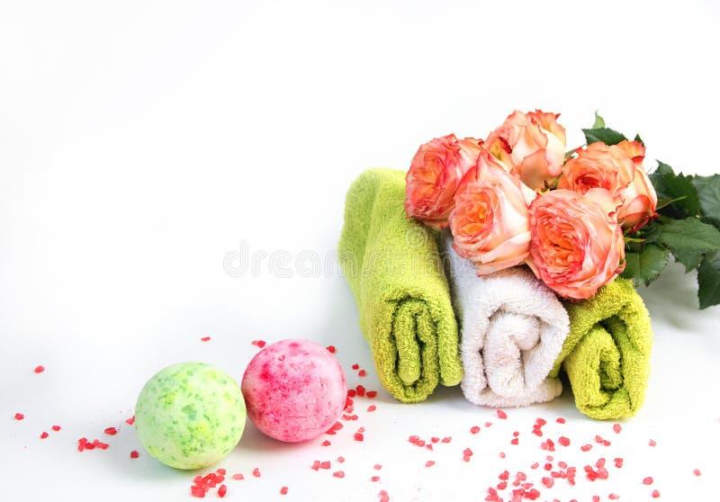 Overzees zout, handdoeken, droge badbom, theekaarsen, aromaolie in flessen en lavendel op achtergrond Vlak leg Kuuroordcosmetisch stock afbeelding