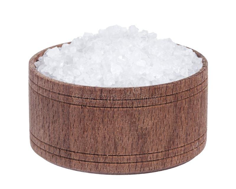 Overzees zout in houten die kom op witte achtergrondclose-up hoogste mening wordt geïsoleerd royalty-vrije stock afbeeldingen