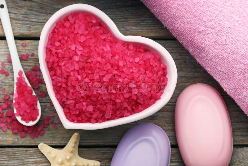 Overzees zout in kom met zeep stock afbeeldingen