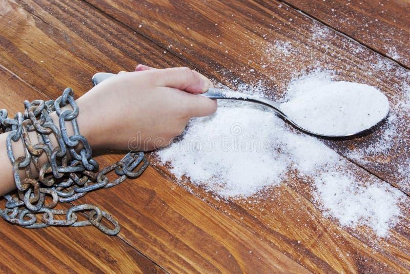 Overzees zout in lepel op houten achtergrond Handen die in een ketting worden geketend Het gezonde Eten royalty-vrije stock foto