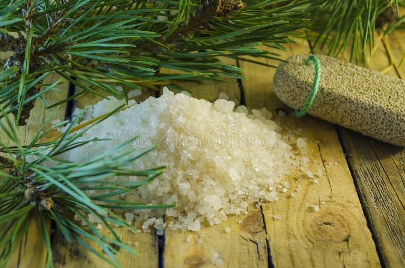 Overzees zout met een uittreksel van een naaldboom stock afbeelding