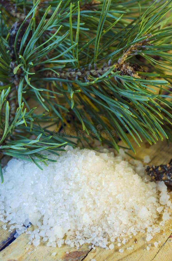 Overzees zout met een uittreksel van een naaldboom stock afbeeldingen