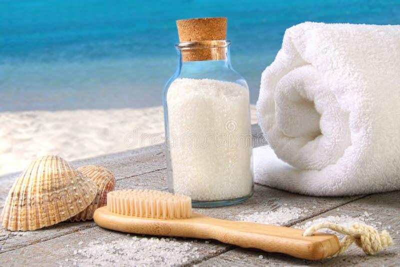 Overzees zout met handdoek bij het strand royalty-vrije stock fotografie