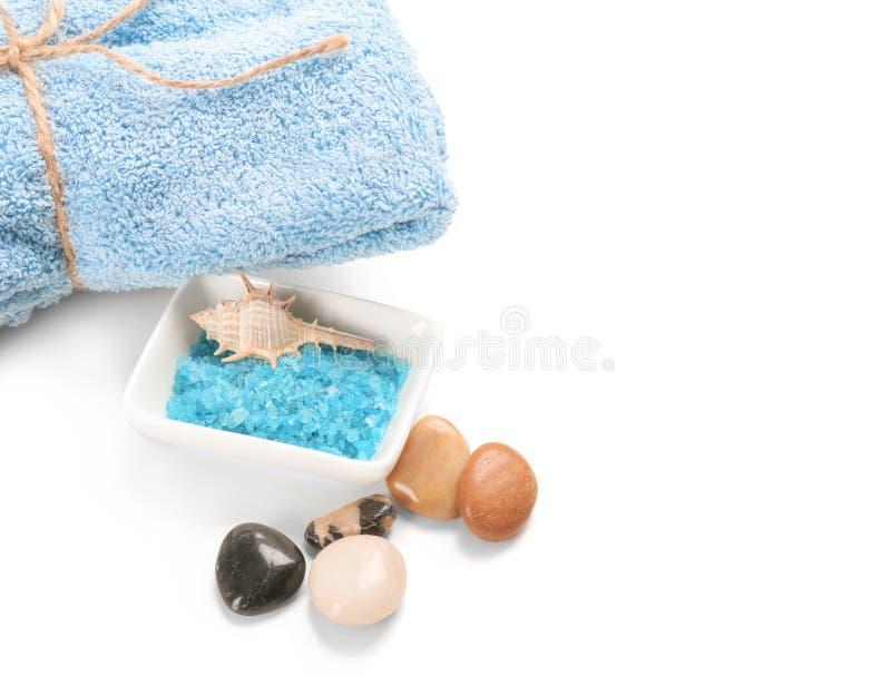 Overzees zout met handdoek voor kuuroordprocedures aangaande witte achtergrond stock fotografie