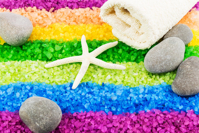 Overzees zout met overzeese ster, stenen en badhanddoek stock foto's