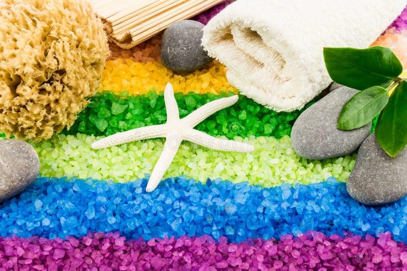 Overzees zout met shell, badhanddoek, stenen, koraalspons, mat en l stock afbeelding