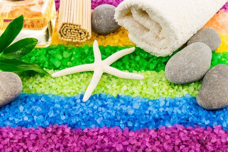 Overzees zout met shell, stenen, aromaolie, mat en badhanddoek stock foto's