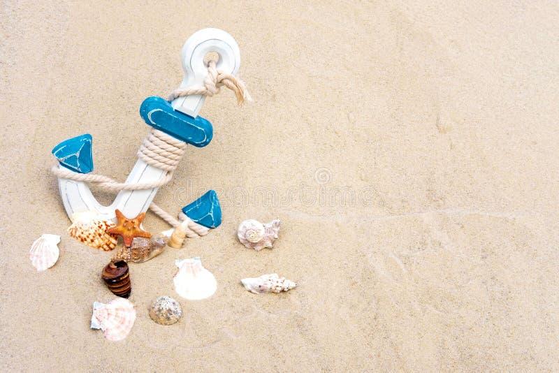 Overzeese achtergrond met anker en zeeschelpen Anker in het Zand Kader voor teksttoerist, reisbanner die van zand met een anker w stock afbeeldingen