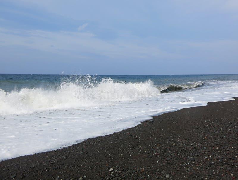 Overzeese branding en golven die op het strand verpletteren royalty-vrije stock fotografie
