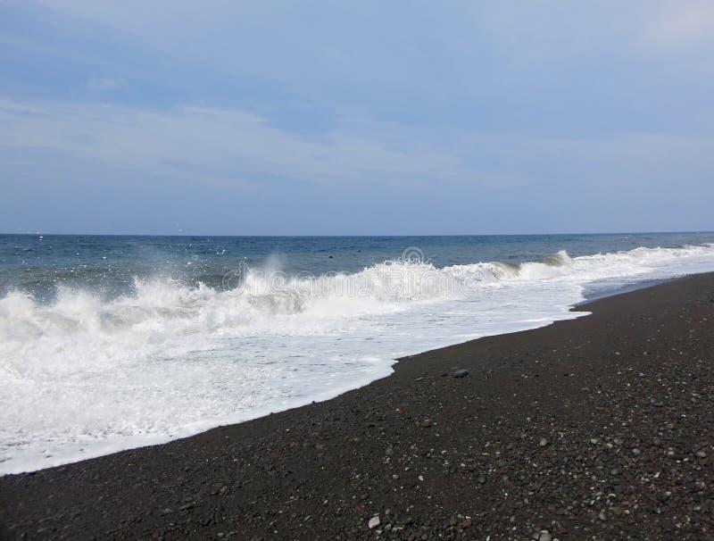 Overzeese branding en golven die op het strand verpletteren royalty-vrije stock afbeelding