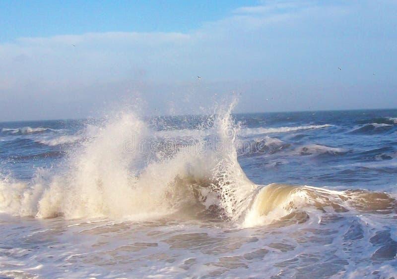 Overzeese branding met woedende golven De macht van de oceaan royalty-vrije stock afbeeldingen