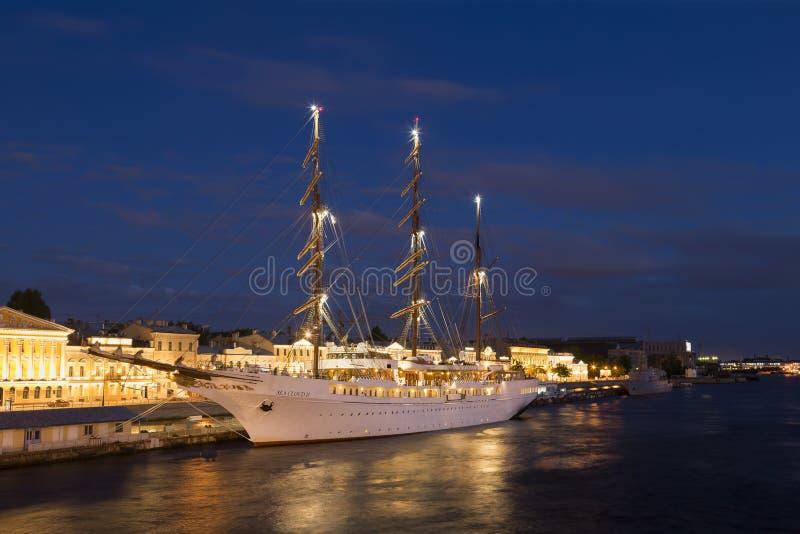 Overzeese die van het cruise varende schip Wolk II bij Engelse dijk wordt vastgelegd, stock foto's