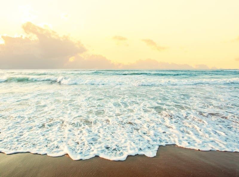 Overzeese en Strandachtergrond Horizon met hemelwolken, overzeese branding en zand royalty-vrije stock fotografie