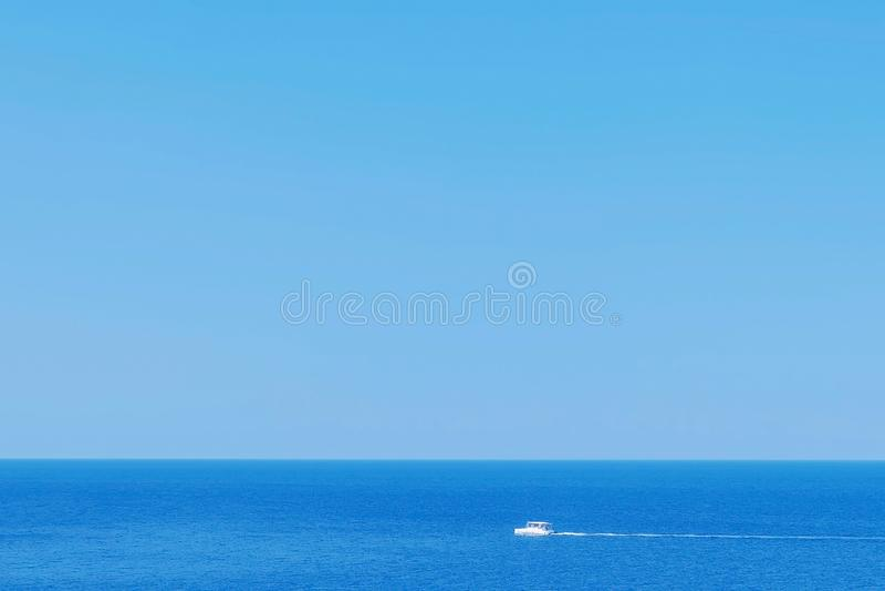 Overzeese gang op witte toeristische motorboot in overzees bij de zomer zonnige dag royalty-vrije stock fotografie