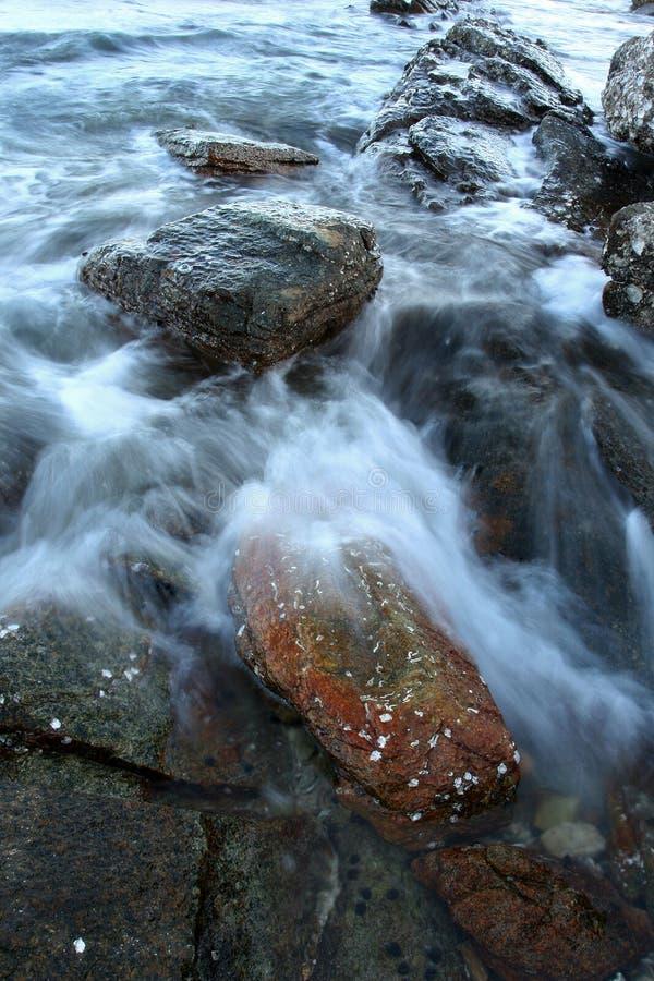 Overzeese golf dichte omhooggaand met steen stock foto's