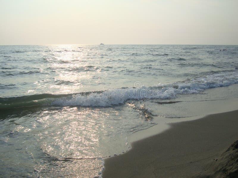 Overzeese golf op het strand stock afbeeldingen