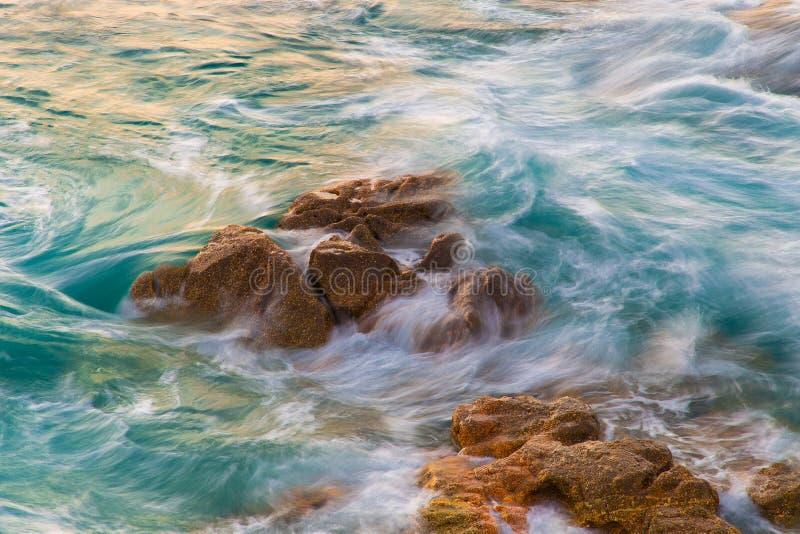 Overzeese golven die op de kust verpletteren royalty-vrije stock fotografie