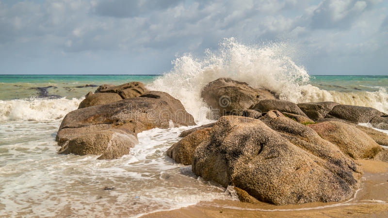 Overzeese golven die op de rotsen verpletteren royalty-vrije stock afbeeldingen