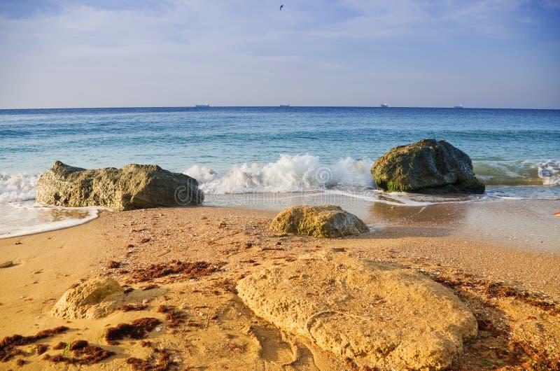 Overzeese golven die op de stenen rollen royalty-vrije stock fotografie