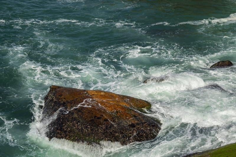 Overzeese golven die op rotsen in Brazilië breken De diepe blauwe overzeese golven raken klip De overzeese golven raken rotsenkli royalty-vrije stock afbeeldingen