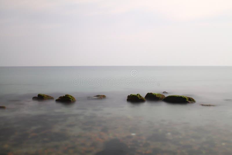 Overzeese golven die op rotsen breken De diepe blauwe overzeese golven raken klip, de klip van klaprotsen Machtige overzeese golv royalty-vrije stock foto