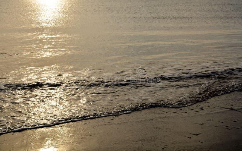 Overzeese golven, zonsondergang en Adriatische overzees in de winter stock afbeelding